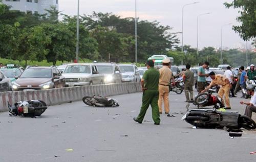 Ôtô húc văng hàng loạt xe máy tại Sài Gòn