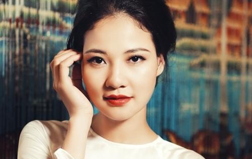 Hoa hậu Trần Thị Quỳnh đẹp hao gầy trong dáng dấp cô gái Sài Gòn xưa