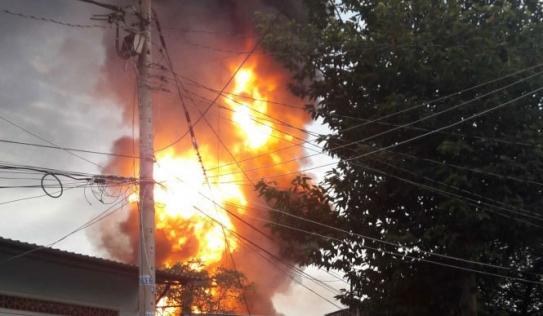 TPHCM: Cháy lớn kho hóa chất lúc rạng sáng