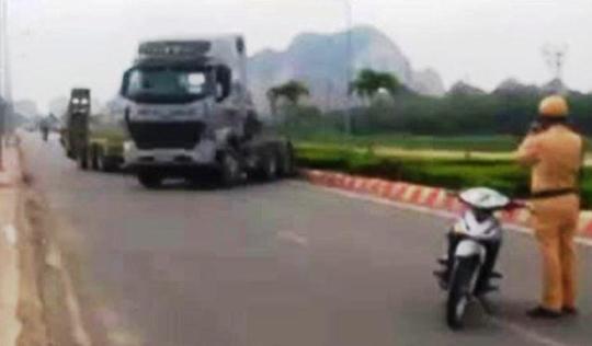 Xe đầu kéo đánh võng trốn CSGT gây náo loạn ở Thanh Hóa