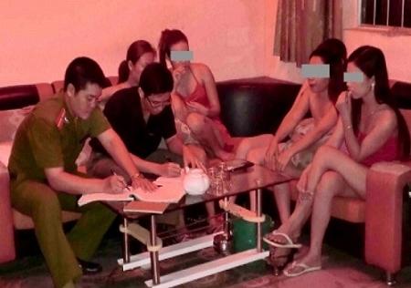 Phá ổ mại dâm giá 150.000 đồng núp bóng quán cà phê giữa làng
