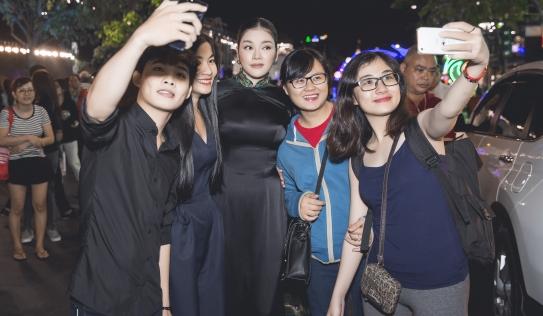"""Lý Nhã Kỳ gây """"náo loạn"""" tại quảng trường Nguyễn Huệ"""