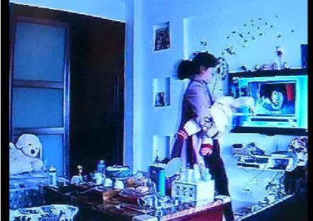 Bí mật gắn camera, mẹ bàng hoàng khi thấy con gái bị người giúp việc bạo hành