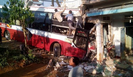 Xe khách Thành Bưởi lao vào nhà dân sau khi đâm xe Phương Trang