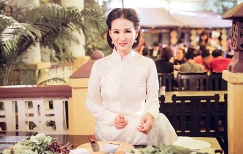Ngỡ ngàng vẻ đẹp như thiếu nữ Hà Thành của HH Sương Đặng trong xẩm món ngon Hà Nội