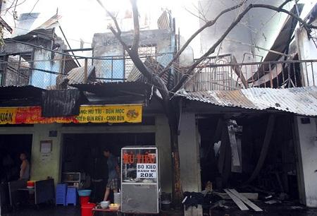 Cháy lớn ở cơ sở may, mẹ ôm con 2 tuổi nhảy lầu thoát chết