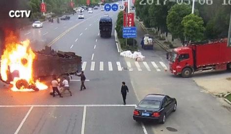 Video: Người đi xe máy biến thành đuốc sống sau cú đâm vào xe tải