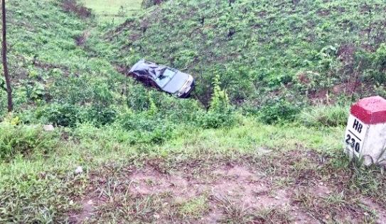 Tránh xe ngược chiều, xe ô tô mất lái lao xuống vực 4 người bị thương