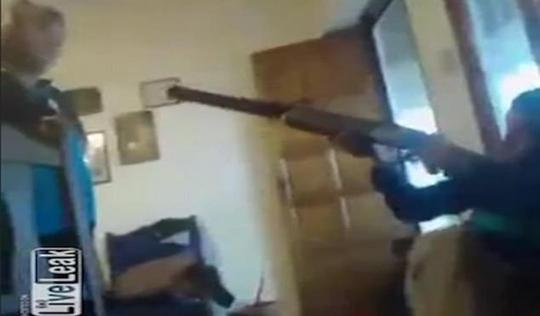 Cậu bé vô tình bắn chết bạn vì nghịch súng khi đang livestream