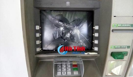 Bắt đối tượng 'ngáo đá', đập phá cột ATM và siêu thị điện thoại