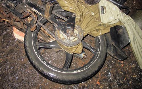 Chạy xe máy khi đang đổ đèo, người đàn ông bị áo mưa siết tử vong