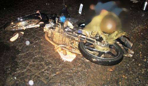Giải cứu cháu bé mặc bị áo mưa siết cổ, kẹt tay vào bánh xe máy