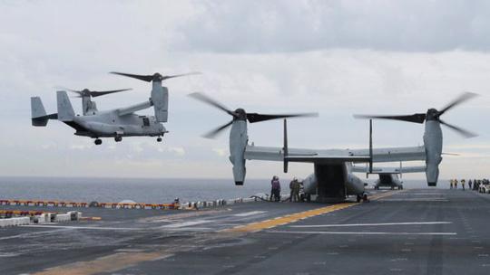 Đáp xuống tàu sân bay, máy bay Mỹ rớt xuống nước mất tích