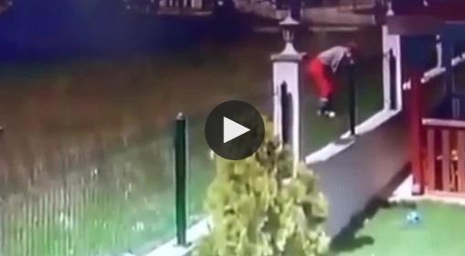 Bé trai bị đàn chó dữ tấn công khi trèo qua tường rào sang nhà hàng xóm