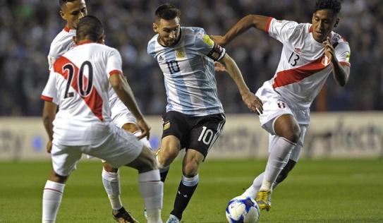 """Messi """"loạn nhịp"""" ở trận cầu sinh tử, đẩy Argentina vào thế ngàn cân treo sợi tóc"""
