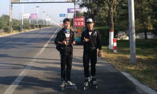2 sinh viên trượt patin hơn 500 km đi nghỉ lễ để tránh tắc đường