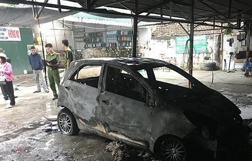 Ô tô con bất ngờ bốc cháy trong bãi giữ xe