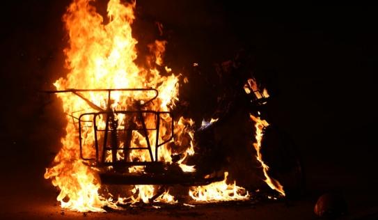 Hà Nội: Xe máy vô chủ bất ngờ bốc cháy dữ dội trong đêm