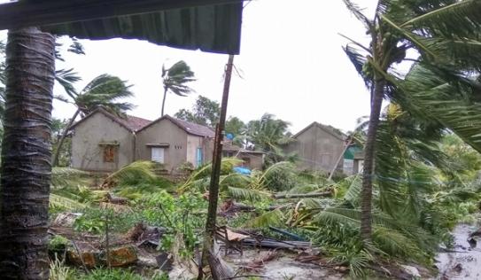 Nước mắt người dân vùng tâm bão: 'Sáng ngủ dậy thấy mất nhà'