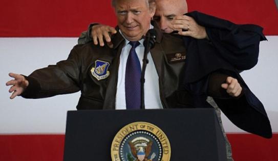 Trump khoác áo Tổng tư lệnh Mỹ, gửi thông điệp cứng rắn tới Triều Tiên