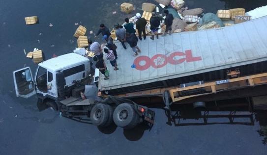 Xe container mất lái tông sập lan can cầu rơi xuống sông, 1 người tử vong