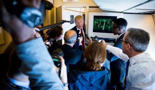 Đoàn báo chí hùng hậu tháp tùng Tổng thống Mỹ công du