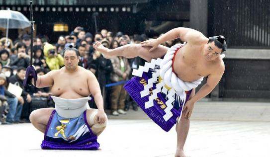 Huyền thoại Sumo Nhật Bản nổi nóng, đánh vỡ sọ đồng nghiệp bằng chai bia