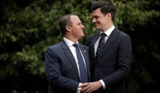 Màn cầu hôn ngọt ngào của Hạ nghị sĩ với bạn trai đồng giới