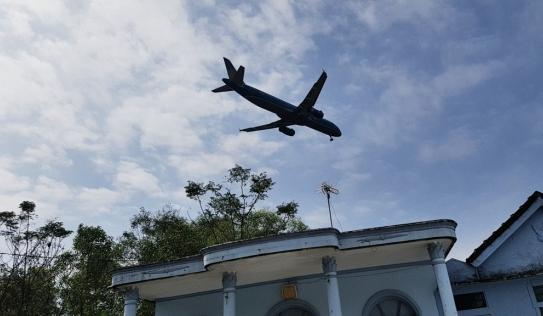 Người dân bất an khi hàng loạt mái nhà bị tốc vì máy bay cất hạ cánh