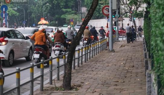 Hà Nội lắp barie ngăn xe máy 'tràn' lên vỉa hè, giờ tan tầm nhiều phương tiện vẫn lao vun vút
