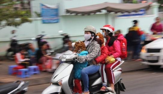 TP.HCM: Học sinh co ro, ngủ gục trên xe bố mẹ đi đến trường dưới thời tiết lạnh nhất năm