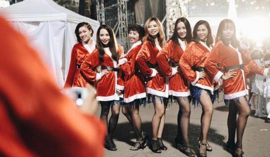 Giới trẻ Hà Nội kéo xuống phố đông nghịt đi chơi Noel