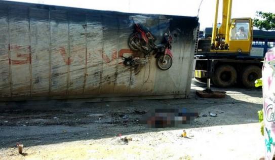 Xe container bất ngờ lật nhào, đè nát người đi xe máy