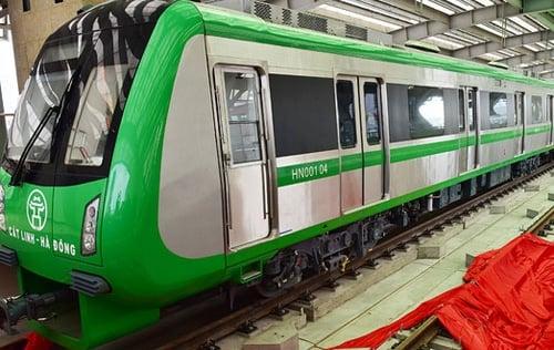Các toa tàu bị vẽ trộm ở ga Cát Linh - Hà Đông đang được sơn lại