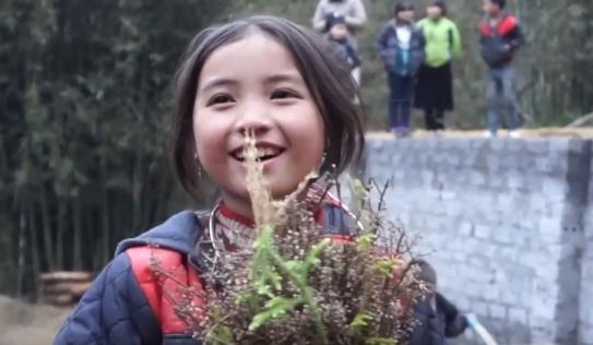 Bé gái HMông gây chú ý khi xuất hiện trong clip của dân phượt với nụ cười cực xinh