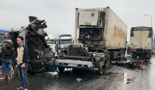 Xe container 'rơi đầu' sau cú va chạm kinh hoàng với xe tải ở NGhệ An