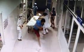 Bệnh nhân đánh cán bộ y tế đang mang thai vì phải đi lòng vòng làm thủ tục