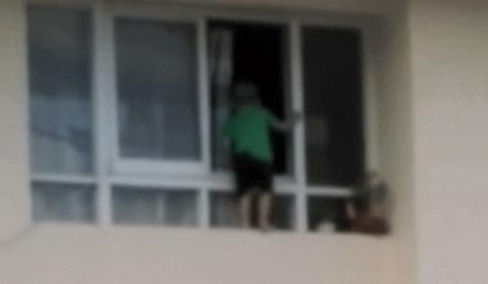 Hoảng hốt bé trai trèo ra ngoài cửa sổ chung cư tầng 11, hàng xóm sợ hãi la hét