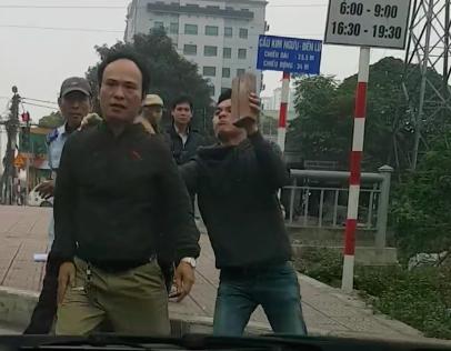 Va chạm giao thông, tài xế bị ba người đàn ông dùng gạch đánh tới tấp