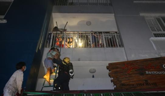 Hàng trăm người la hét, kêu cứu trong vụ cháy chung cư cấp cấp ở TP.HCM