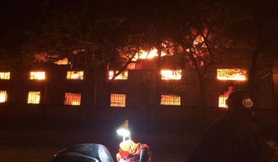 Công ty may bùng cháy dữ dội lúc rạng sáng khiến nhiều người hoảng sợ