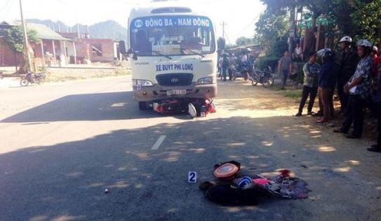 Bị xe buýt cuốn vào gầm, 4 người trong một gia đình thương vong