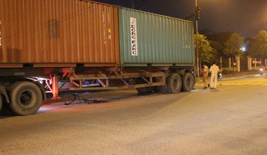 TP.HCM: Nam sinh lớp 10 bị container cuốn vào gầm, kéo lê 5m trên đường đi học thêm