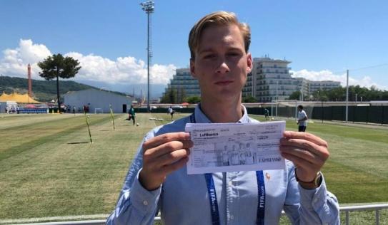Tặng xấp vé máy bay cho cầu thủ Đức về nước, phóng viên Thụy Điển được cư dân mạng phong là 'thánh tiên tri'