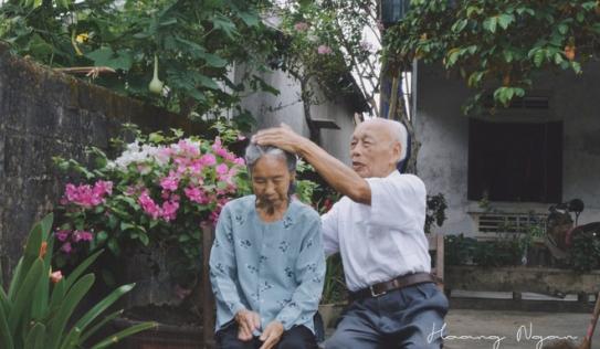Bộ ảnh ông chải tóc, đọc thơ cho bà được chia sẻ nhiều nhất trong vòng 24 giờ và những tiết lộ phía sau
