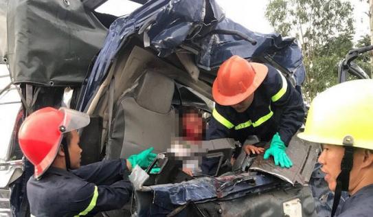 3 ô tô đâm nhau bẹp dúm trên quốc lộ, 3 người thương vong