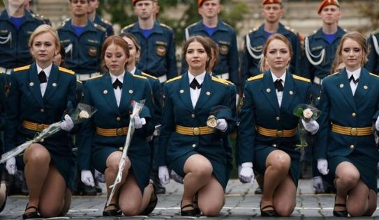 7 ngày qua ảnh: Nữ học viên xinh đẹp trường sĩ quan Nga tham dự lễ tốt nghiệp