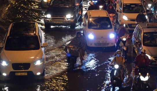 Cơn mưa lớn biến hàng loạt tuyến phố ở Hà Nội trở thành 'sông', giao thông tê liệt suốt nhiều giờ