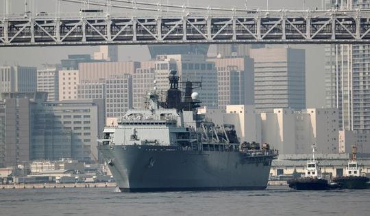 Cận cảnh tàu sân bay tấn công đổ bộ Anh cập cảng Tokyo