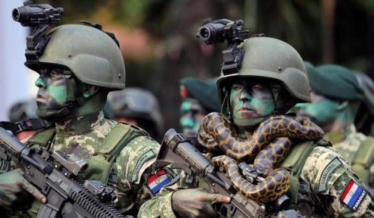 24h qua ảnh: Lính đặc nhiệm Paraguay đeo trăn quanh cổ trong lễ diễu binh